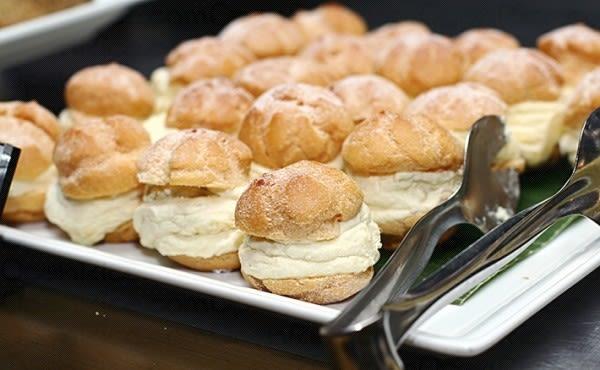 Bánh sầu riêng là món ăn vặt singapore có mùi vị đặc trưng