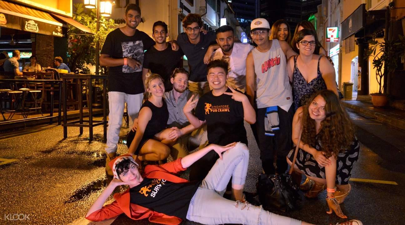 nhậu tại pub crawl là một hoạt động ngoài trời tại singapore rất nhộn nhịp