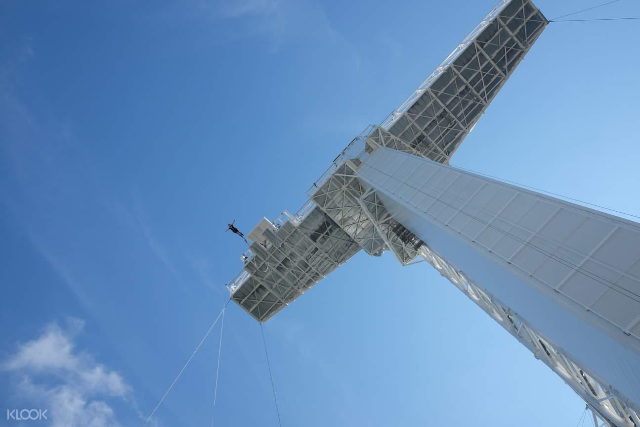 nhảy bungee là một hoạt động ngoài trời tại singapore gây kích thích những ai ưa cảm giác mạnh
