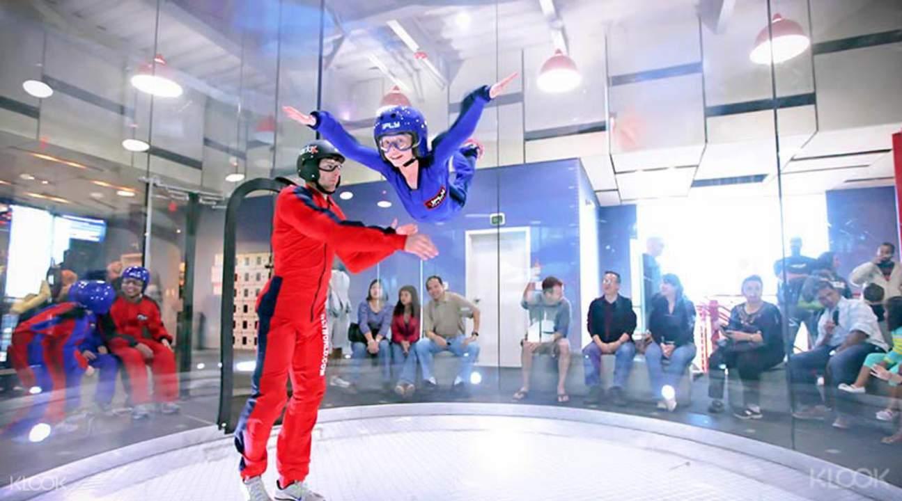 nhảy dù trong nhà ở ifly là một hoạt động ngoài trời tại singapore rất mới lạ