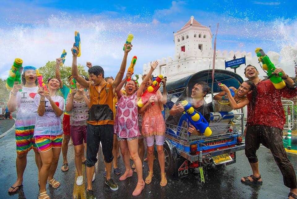 chọn quần áo mỏng và nhanh khô để chơi lễ hội té nước songkran
