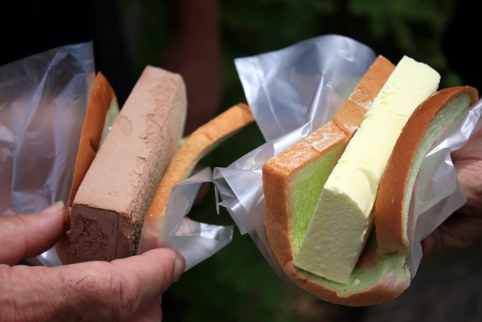 Bánh mì kẹp kem là món ăn vặt singapore rất lạ và ngon