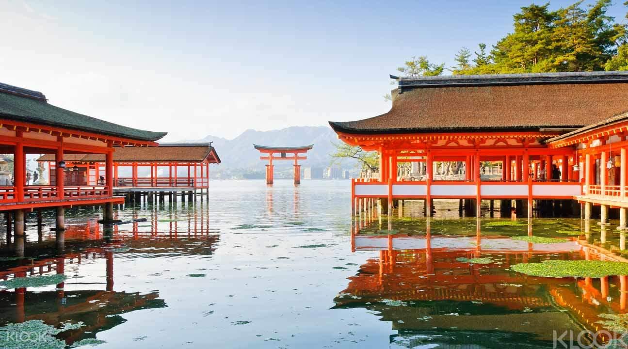 thăm cổng đền itsukushima trong lịch trình du lịch osaka bằng JR pass