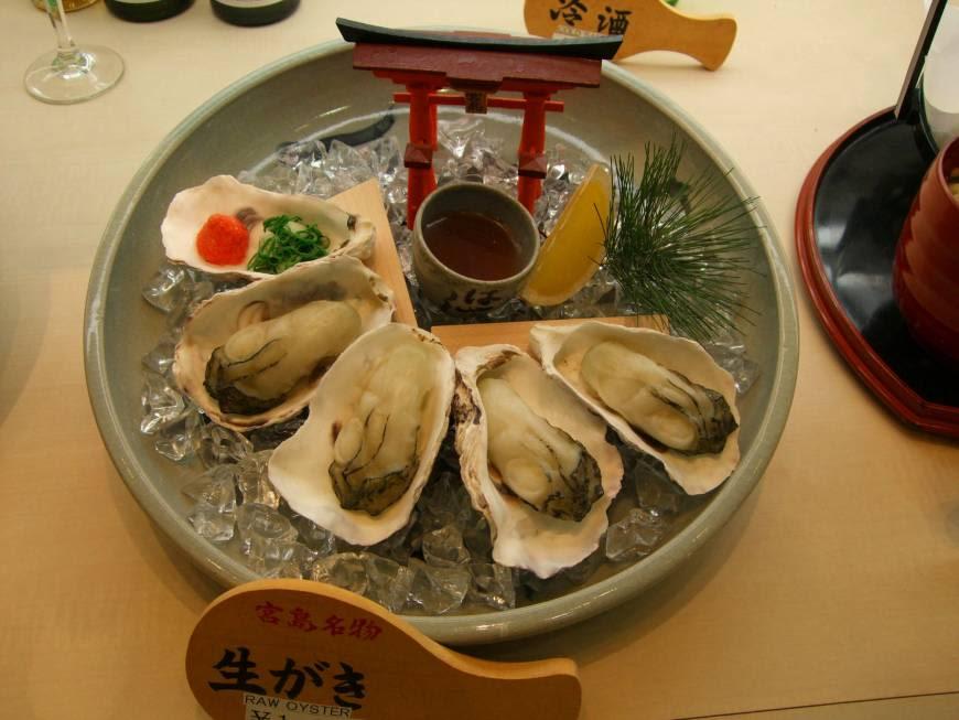 thưởng thức hàu trong lịch trình du lịch osaka bằng JR pass