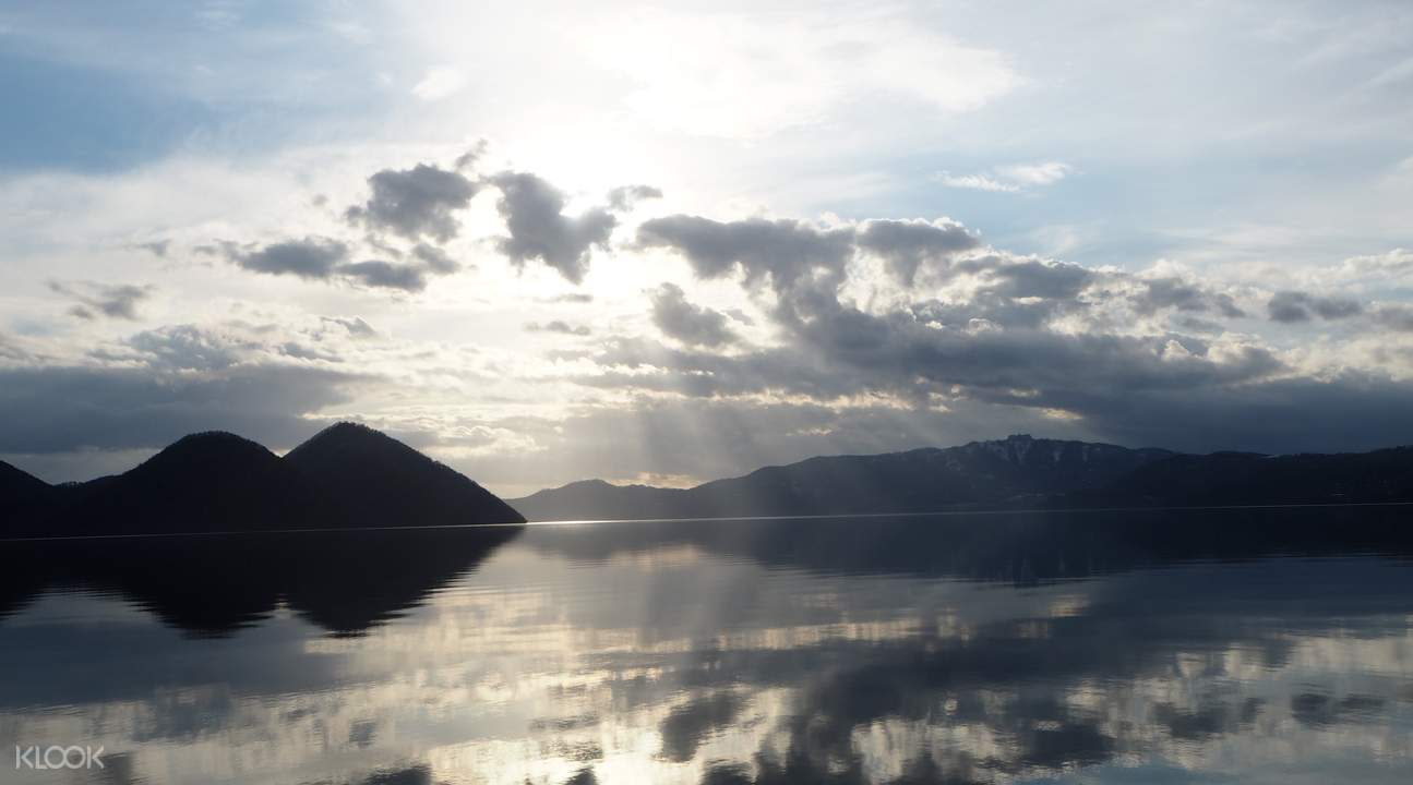 ngắm hồ toya vào sáng sớm trong lịch trình du lịch sapporo bằng JR Pass