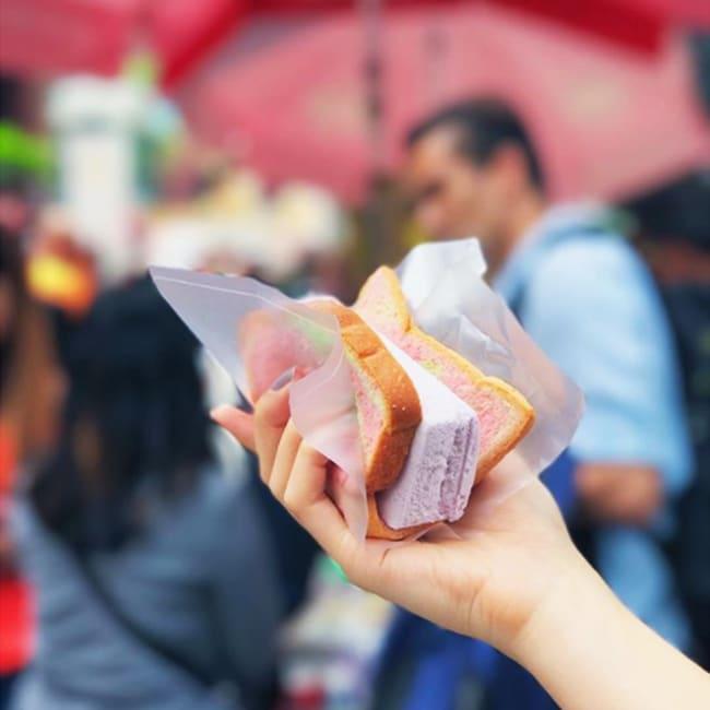 Bánh mì kẹp kem là món ăn vặt singapore rất lạ