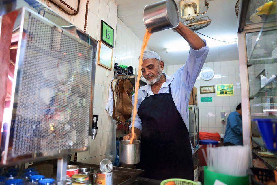 xem người pha teh tarik, một là món ăn vặt singapore