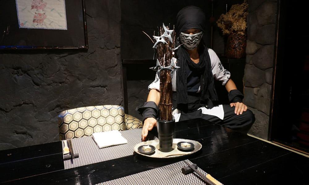 ninja cafe là một trong 10 quán cafe ở nhật bản có phong cách độc đáo