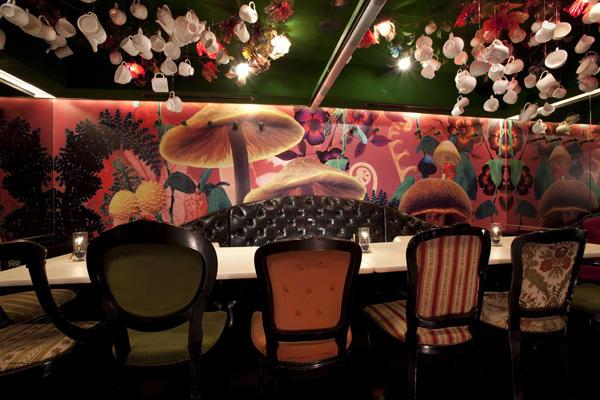 alice in wonderland cafe là một trong 10 quán cafe ở nhật bản có phong cách độc đáo