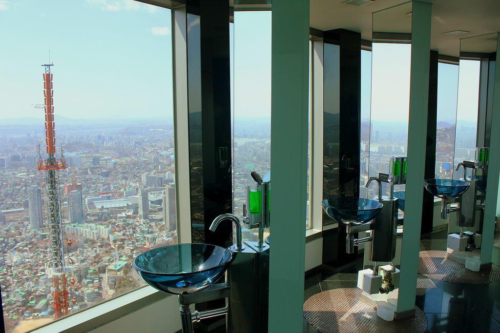 nhà vệ sinh trên cao của tháp N Seoul