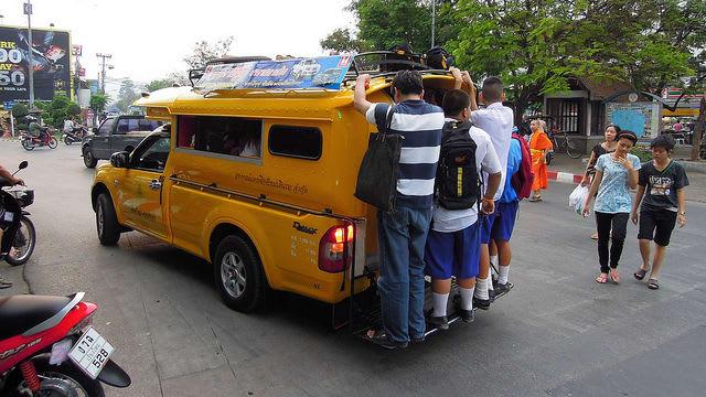 songthaew là một loại phương tiện công cộng ở thái lan