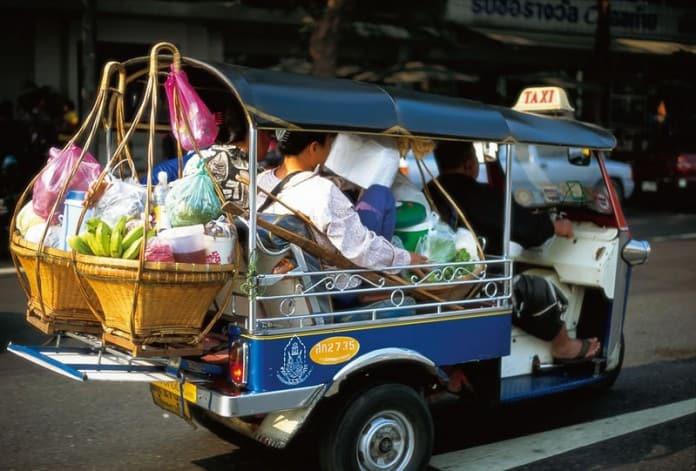 tuk tuk là một loại phương tiện công cộng ở thái lan