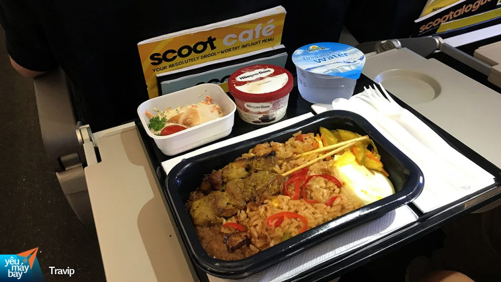 thức ăn trên máy bay hãng scoot trong lịch trình đi singapore dịp 30/4 cho nhóm bạn thân