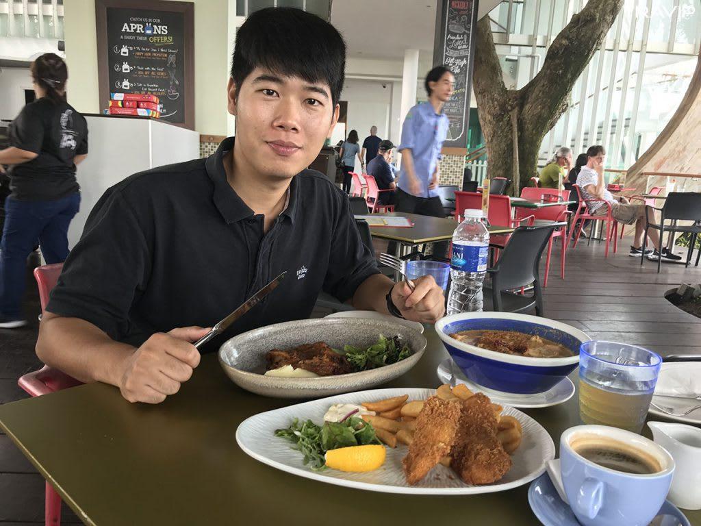 ăn trưa tại sentosa trong lịch trình đi singapore dịp 30/4 cho nhóm bạn thân