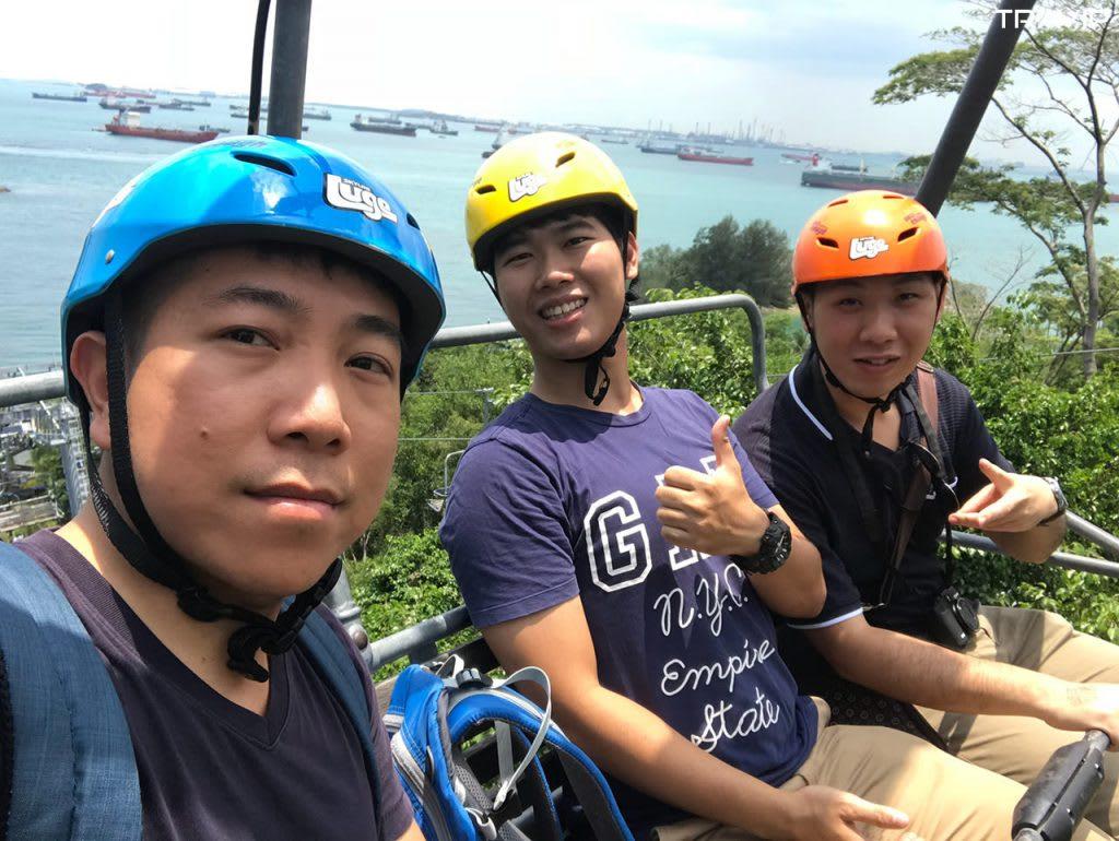 đi cáp treo trong lịch trình đi singapore dịp 30/4 cho nhóm bạn thân