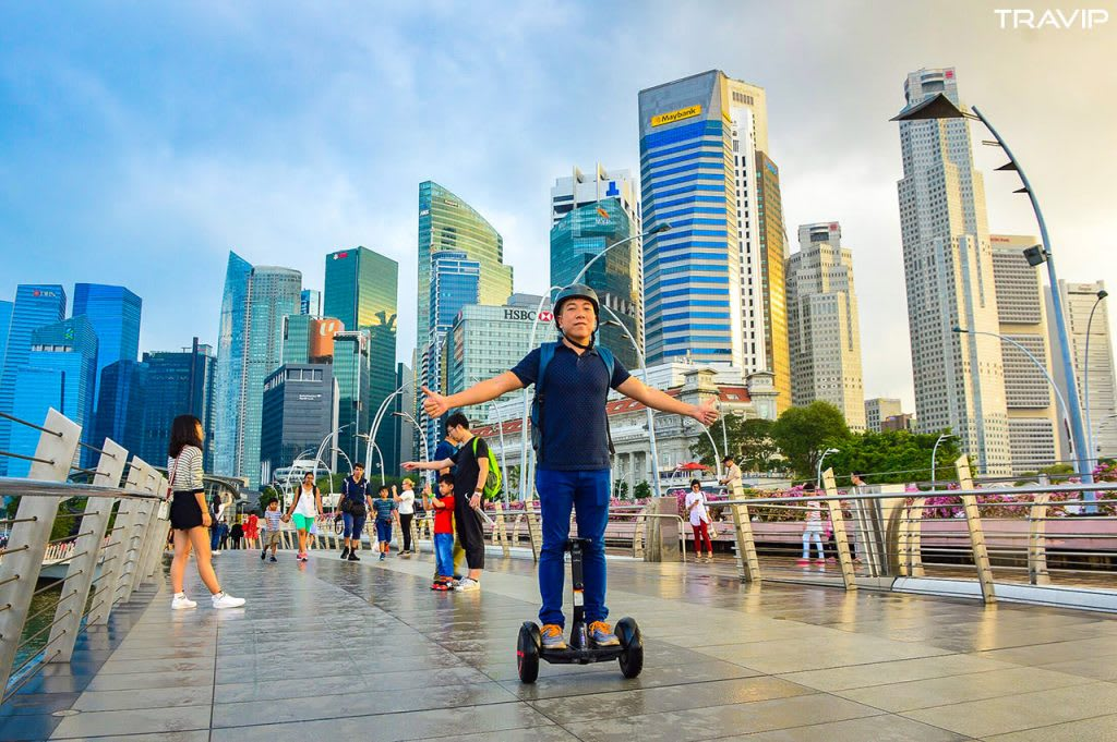 đi dạo bằng segway trong lịch trình đi singapore dịp 30/4 cho nhóm bạn thân