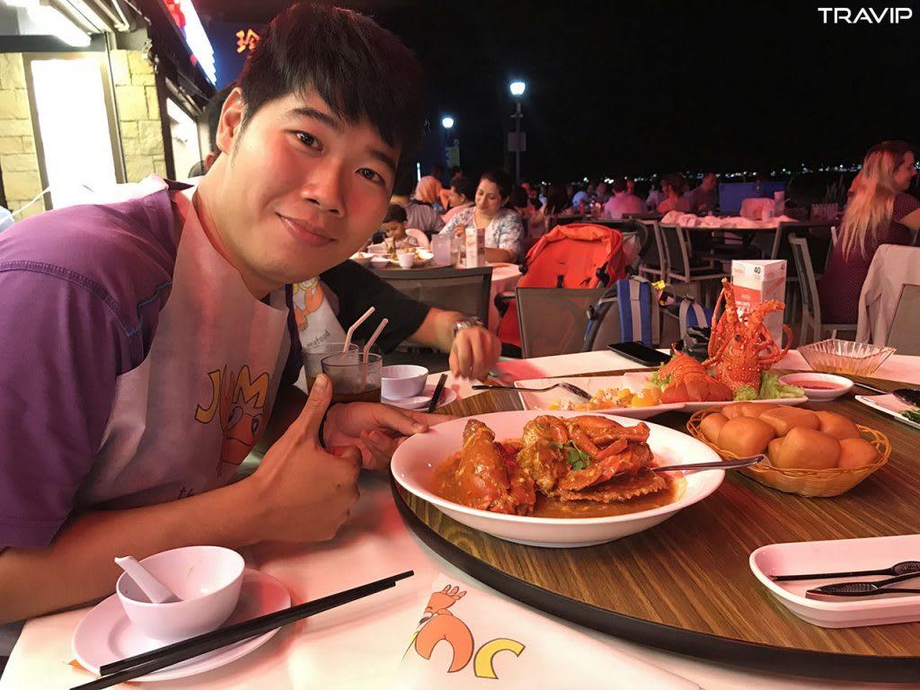 ăn cua sốt ớt trong lịch trình đi singapore dịp 30/4 cho nhóm bạn thân