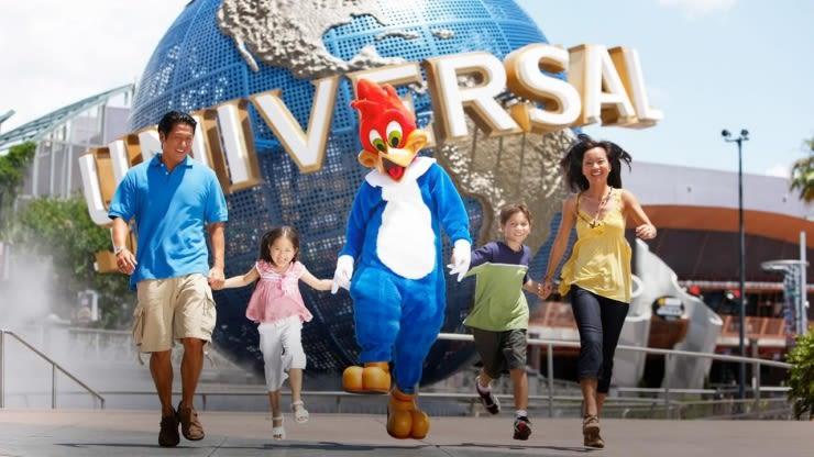 chụp hình trước biểu tượng universal studio trong lịch trình đi singapore dịp 30/4 cho gia đình