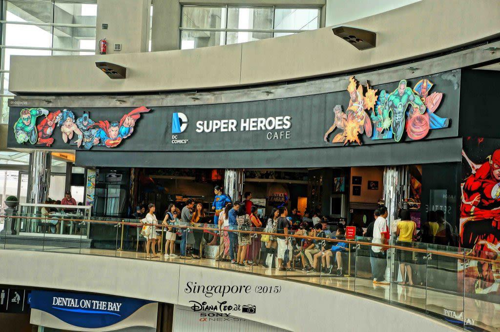 ăn tối tại DC comics superheroes cafe trong lịch trình đi singapore dịp 30/4 cho gia đình