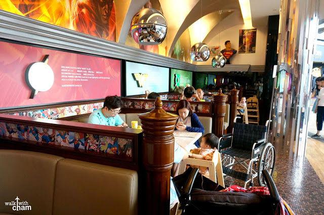 bên trong DC comics superheroes cafe trong lịch trình đi singapore dịp 30/4 cho gia đình