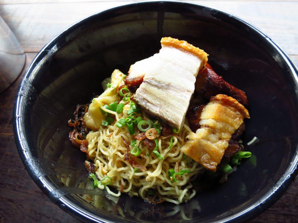 ăn tối tại nhà hàng wanton trong lịch trình đi singapore dịp 30/4 cho nhóm bạn