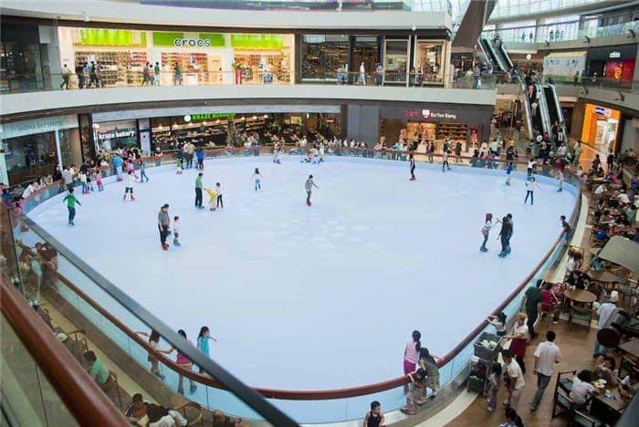 chơi tại sân băng nhân tạo trong lịch trình đi singapore dịp 30/4 cho nhóm bạn