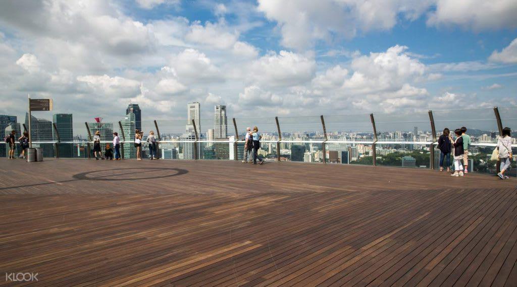 lên đài quan sát sands skypark trong lịch trình đi singapore dịp 30/4 cho nhóm bạn