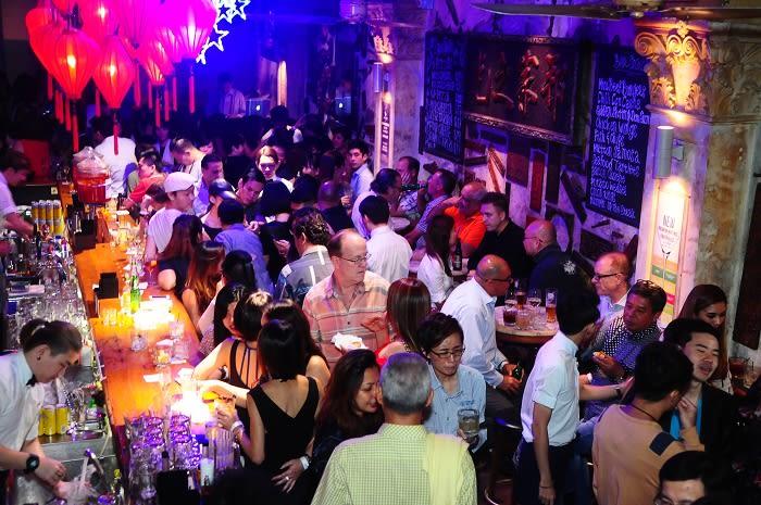 thưởng thức đồ uống tại no.5 emerald hill trong lịch trình đi singapore cho nhóm bạn