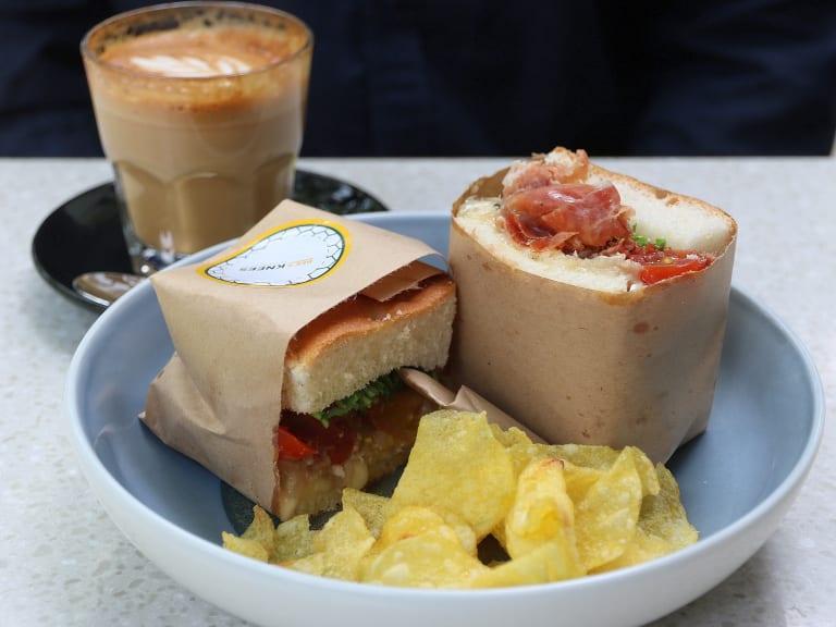 ăn món sandwich trong lịch trình đi singapore cho nhóm bạn