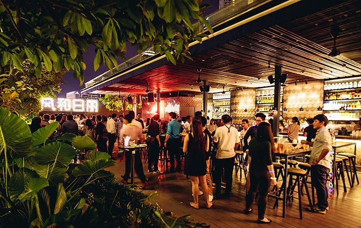 trải nghiệm thức uống tại loof trong lịch trình đi singapore cho nhóm bạn