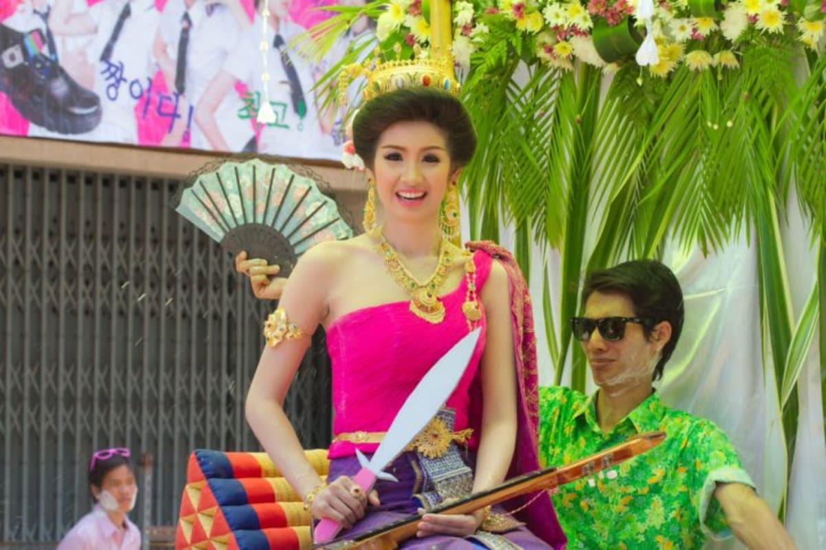 mặc trang phục truyền thống thái lan để thi sắc đẹp