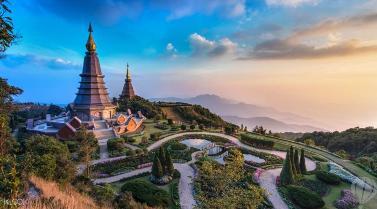 ngắm cảnh từ đỉnh núi Angkha là một trong những bí kíp du lịch Chiang Mai tiết kiệm