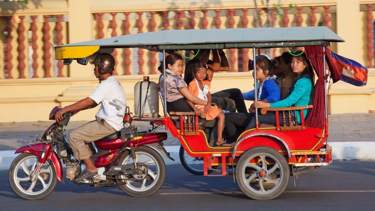 đi vòng quanh bằng xe Tuk Tuk là một trong những bí kíp du lịch Chiang Mai tiết kiệm