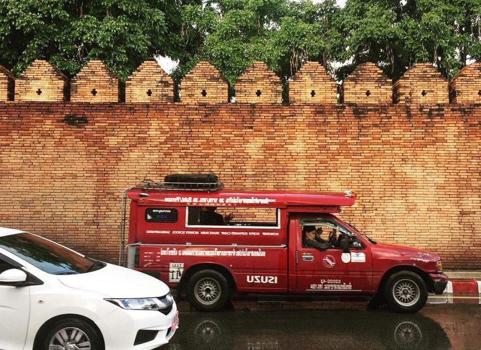 đi vòng quanh bằng Songthaew là một trong những bí kíp du lịch Chiang Mai tiết kiệm