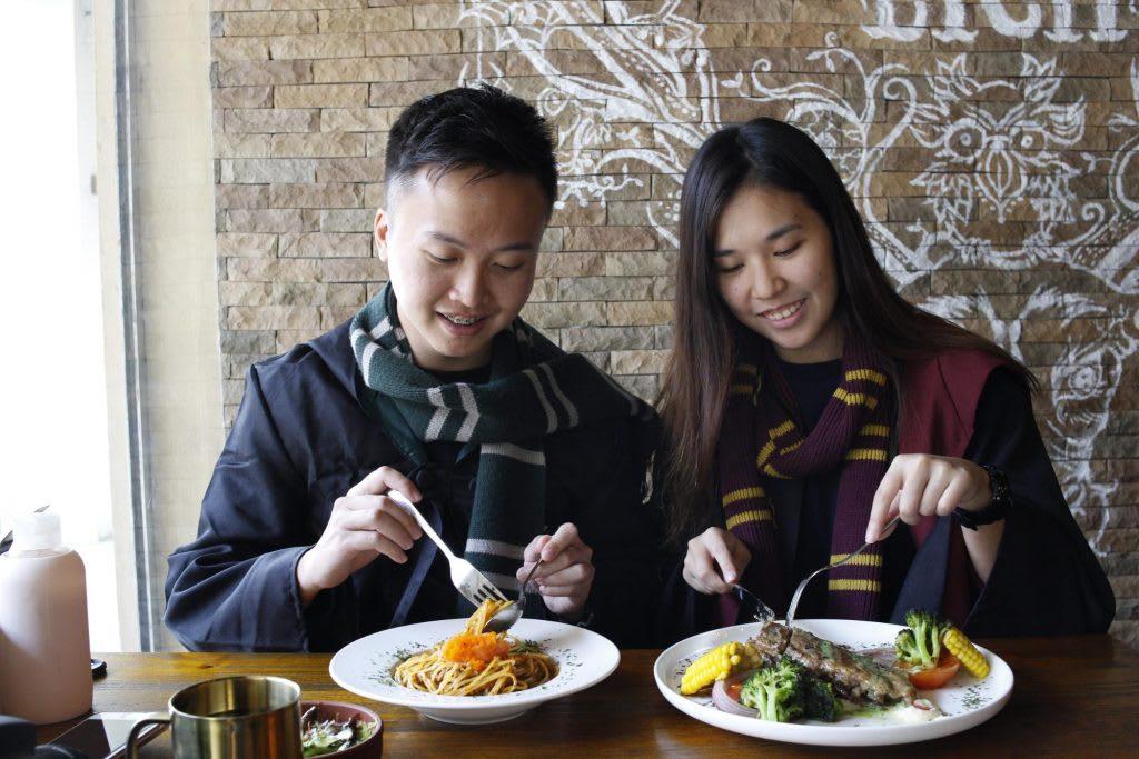 thưởng thức đồ ăn tại platform 1094 singapore, một địa điểm du lịch harry potter