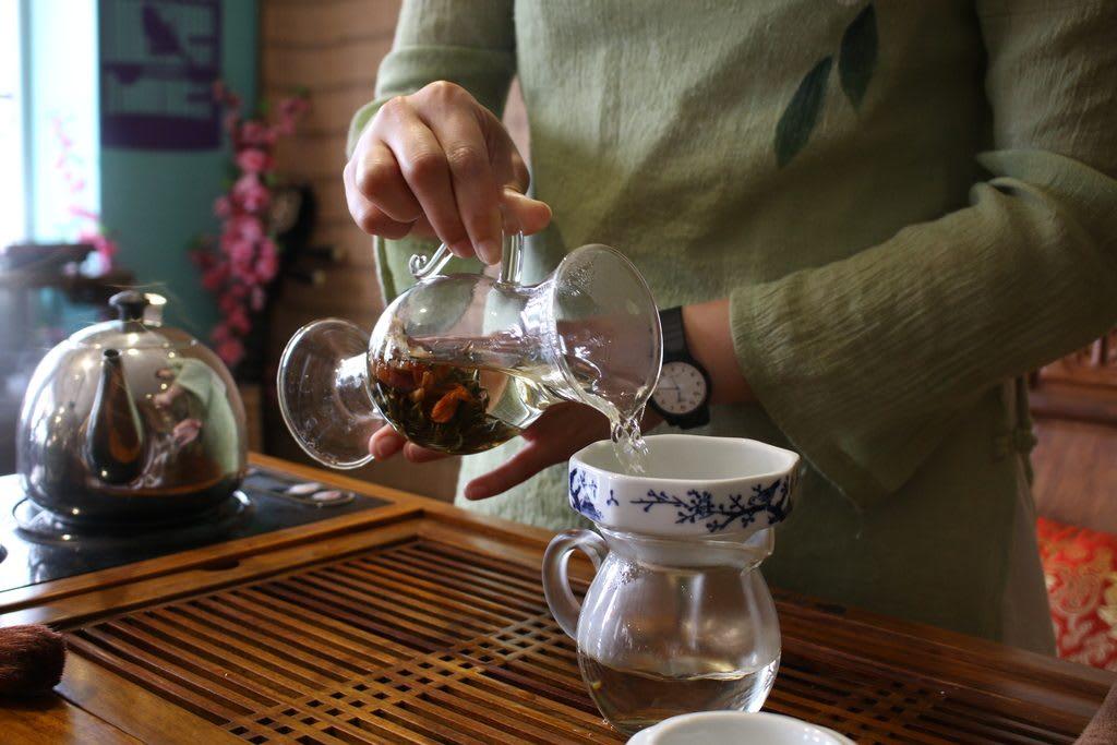 thưởng thức biểu diễn trà trong chuyến đi khám phá ngong ping 360