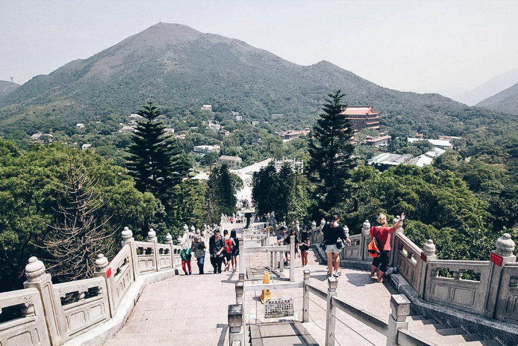 cầu thang lên đại tượng phật trong lịch trình khám phá ngong ping 360