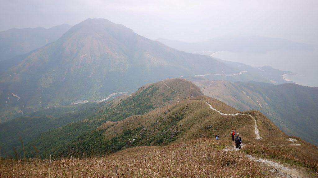 trèo lên đỉnh lantau là việc phải làm trong chuyến đi khám phá ngong ping 360