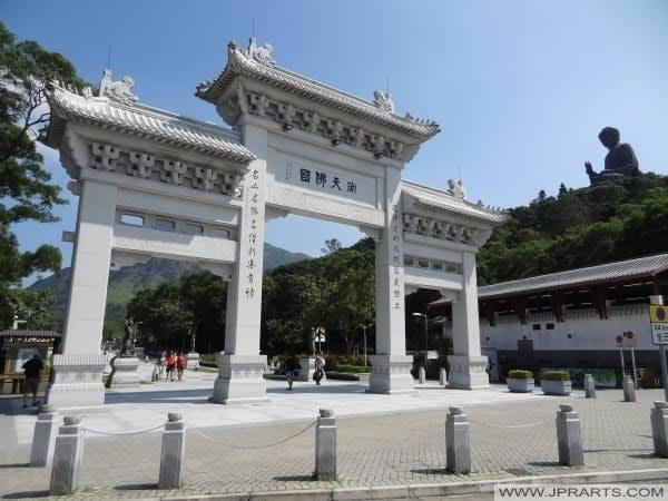 quảng trường ngong ping là nơi đáng đi trong lịch trình khám phá ngong ping 360