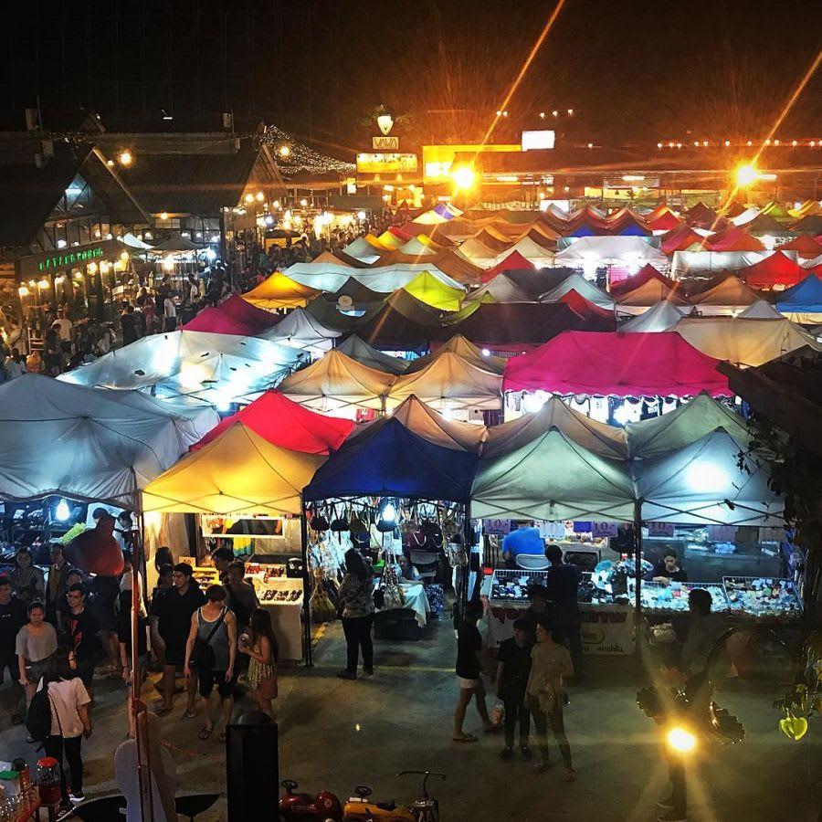 chợ talad rot fai là một trong những khu chợ đường phố ở bangkok