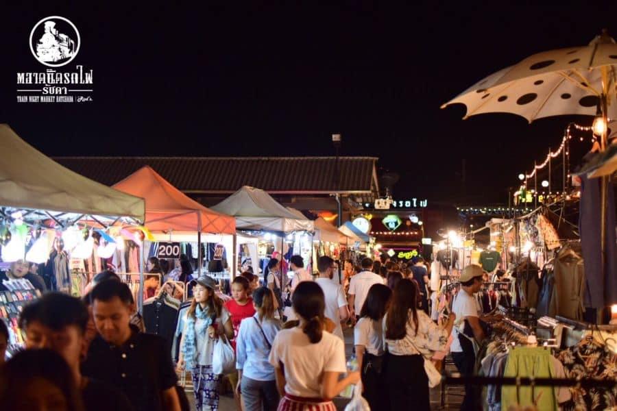 chợ talad rot fai ratchada là một trong những khu chợ đường phố ở bangkok