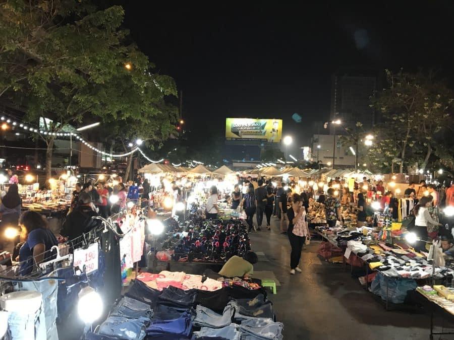 chợ đêm ramkhamhaeng là một trong những khu chợ đường phố ở bangkok