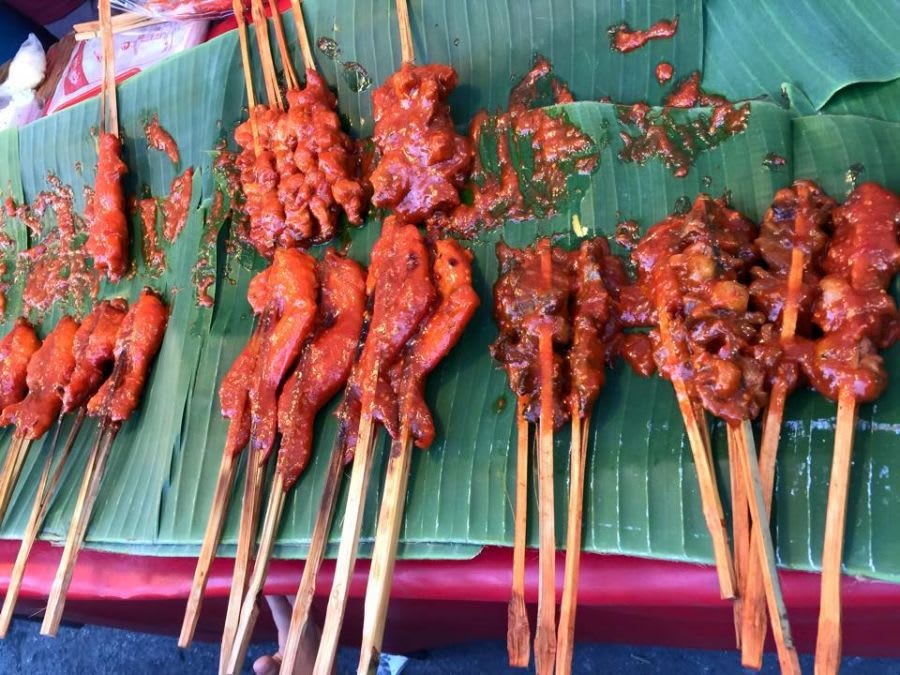 ăn thịt nướng tại chợ ramkhamhaeng - một trong những khu chợ đường phố ở bangkok