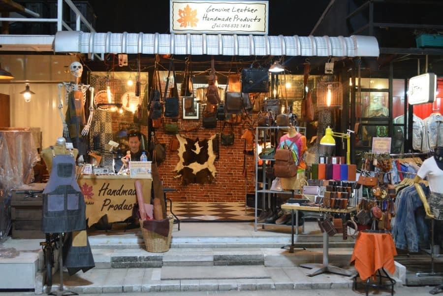 mua sắm tại chợ đêm hua mum - một trong những khu chợ đường phố ở bangkok