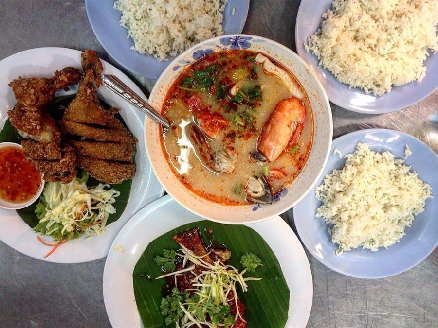 thưởng thức món ăn hồi giáo tại chatuchak, một trong những khu chợ đường phố ở bangkok