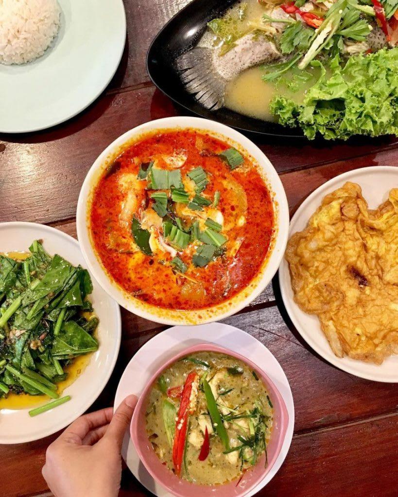 thưởng thức ẩm thực thái tại chợ pratunam, một trong những khu chợ đường phố ở bangkok