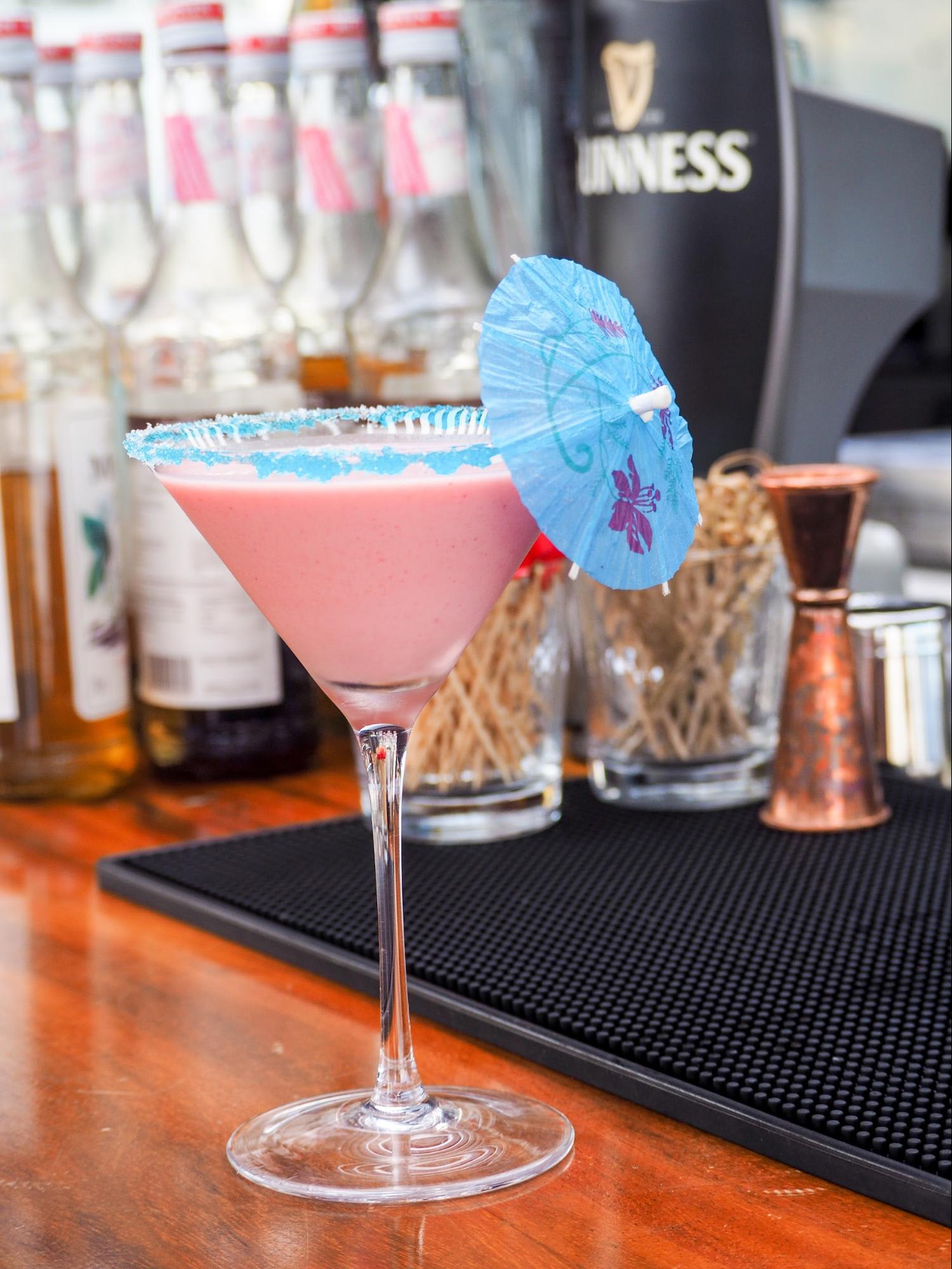 cocktail tại propeller bar: pink island
