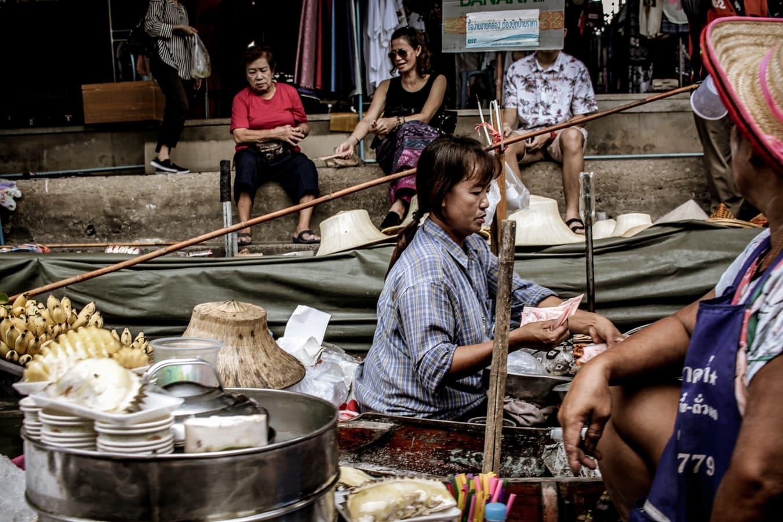 người dân buôn bán tại chợ nổi thái lan