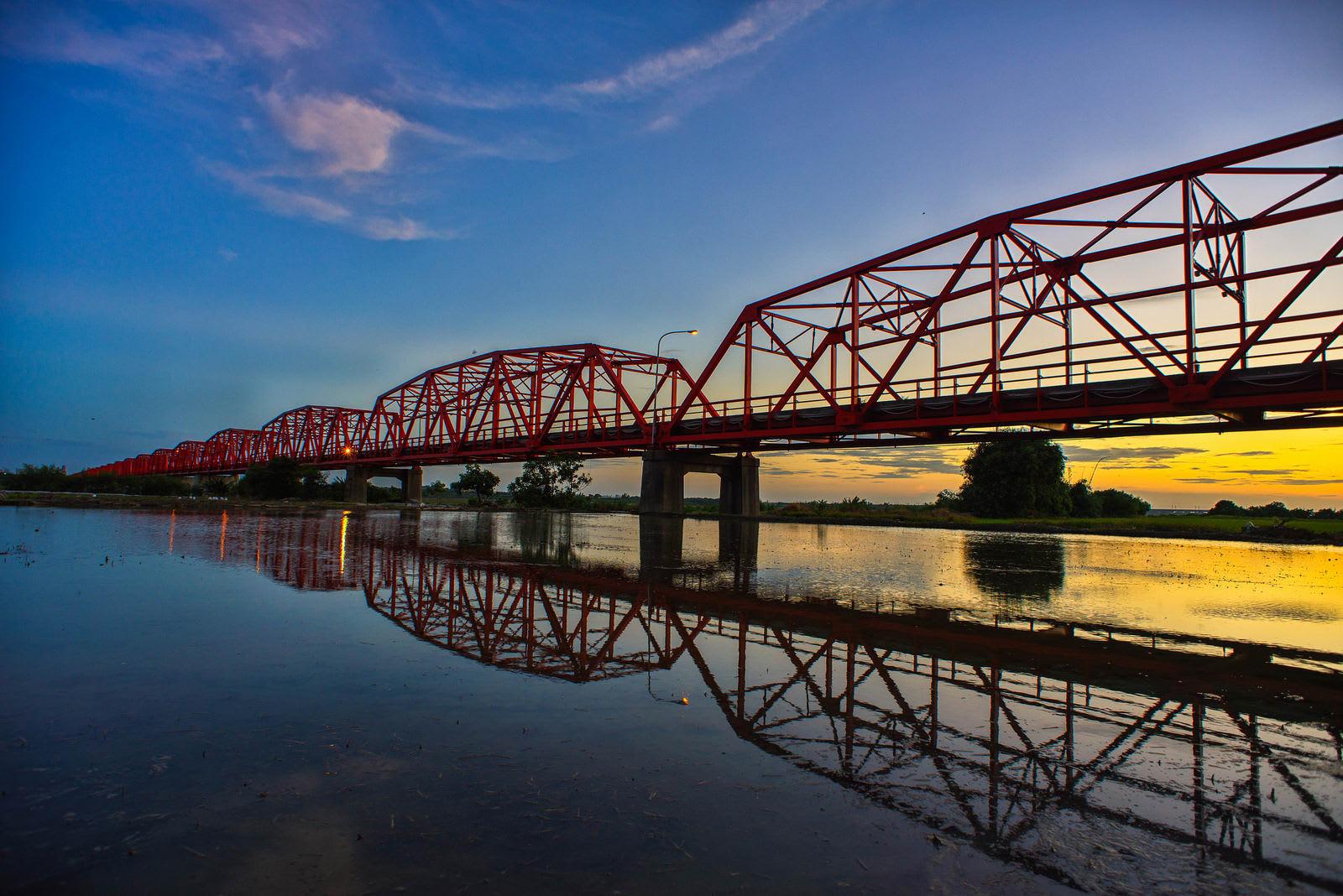 cầu xilou và ảnh phản chiếu trên sông