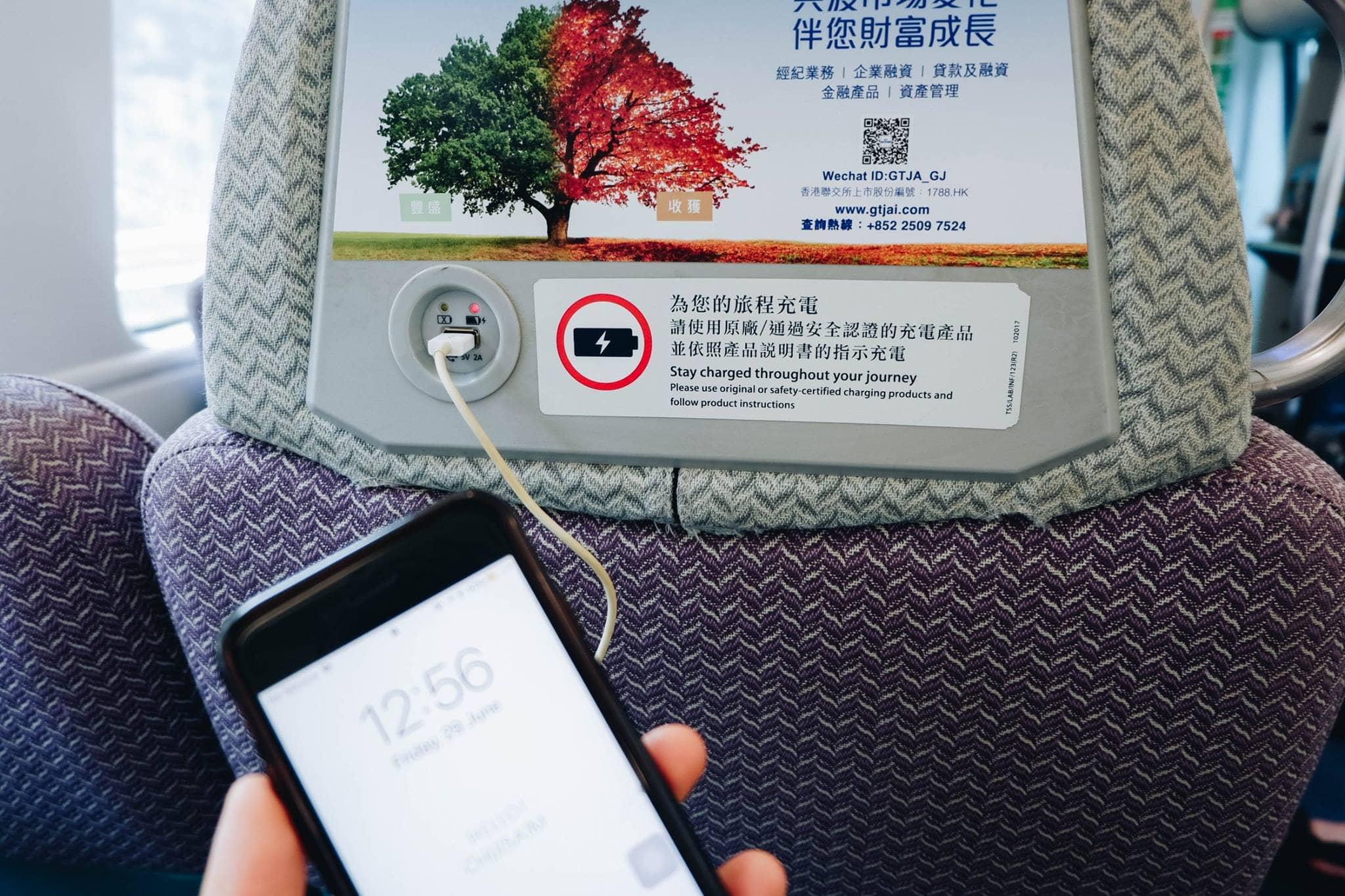 sạc điện thoại trên tàu tốc hành hong kong